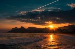 Όμορφη άποψη ηλιοβασιλέματος στο Ρίο ντε Τζανέιρο στην παραλία Ipanema Στοκ εικόνα με δικαίωμα ελεύθερης χρήσης
