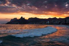 Όμορφη άποψη ηλιοβασιλέματος στο Ρίο ντε Τζανέιρο στην παραλία Ipanema Στοκ Φωτογραφίες