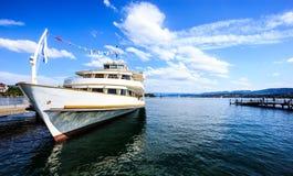 Όμορφη άποψη θερινής ηλιόλουστη ημέρας της λίμνης Ζυρίχη Zurichsee με το κρουαζιερόπλοιο στην αποβάθρα της Ζυρίχης και του κενού  Στοκ εικόνα με δικαίωμα ελεύθερης χρήσης