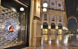 Όμορφη άποψη κινηματογραφήσεων σε πρώτο πλάνο στο παράθυρο μπουτίκ μόδας του Louis Vitton στο Vittorio Emanuele ΙΙ στοά στοκ εικόνα