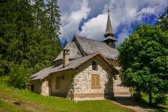 Όμορφη άποψη λίγου παρεκκλησιού κοντά στη λίμνη Pragser Wildsee Braies σε alto-Adige στοκ εικόνες