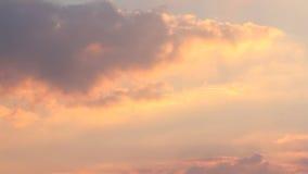 Όμορφη άποψη με τα ζωηρόχρωμα σύννεφα στο χρονικό σφάλμα ηλιοβασιλέματος φιλμ μικρού μήκους