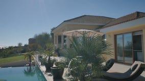 Όμορφη άποψη με την πισίνα και τη βίλα φιλμ μικρού μήκους