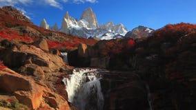 Όμορφη άποψη με τον καταρράκτη και το βουνό της Fitz Roy Παταγωνία απόθεμα βίντεο
