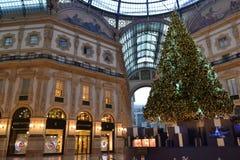 Όμορφη άποψη ξημερωμάτων διακοσμημένη για τα Χριστούγεννα Vittorio Emanuele ΙΙ στοά στοκ εικόνα