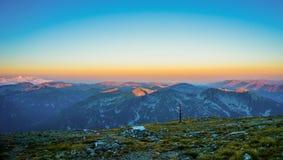 Όμορφη άποψη πανοράματος βουνών, ανατολή στην αιχμή Musala, Βουλγαρία Στοκ Φωτογραφία