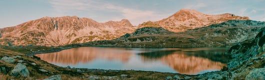 Όμορφη άποψη πανοράματος βουνών της λίμνης Bucura στο εθνικό πάρκο Ρουμανία Retezat Στοκ Εικόνα