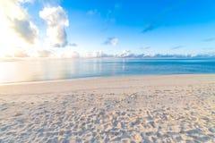 Όμορφη άποψη παραλιών και θάλασσας Έννοια καλοκαιρινών διακοπών και διακοπών Εμπνευσμένη τροπική παραλία Έμβλημα υποβάθρου παραλι στοκ εικόνες με δικαίωμα ελεύθερης χρήσης