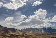 Όμορφη άποψη στα ξηρά βουνά Ladakh με το χιόνι Στοκ Εικόνες