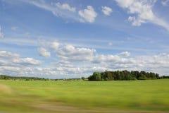Όμορφη άποψη σχετικά με έναν τομέα μια θερινή ημέρα Στοκ φωτογραφία με δικαίωμα ελεύθερης χρήσης