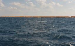 Όμορφη άποψη σχετικά με την ακτή του νησιού στη Ερυθρά Θάλασσα SE Στοκ Φωτογραφίες