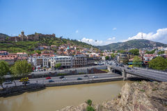 Όμορφη άποψη σχετικά με την παλαιά πόλη Tbilisi από Metekhi churche Στοκ Εικόνα
