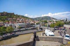 Όμορφη άποψη σχετικά με την παλαιά πόλη Tbilisi από Metekhi churche Στοκ εικόνα με δικαίωμα ελεύθερης χρήσης