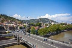 Όμορφη άποψη σχετικά με την παλαιά πόλη Tbilisi από Metekhi churche Στοκ φωτογραφία με δικαίωμα ελεύθερης χρήσης