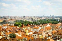Όμορφη άποψη σχετικά με την Πράγα στη Δημοκρατία της Τσεχίας, που τοποθέτησε στο κέντρο της Ευρώπης, με το ρέοντας ποταμό Vltava Στοκ Φωτογραφία