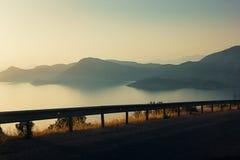 Όμορφη άποψη σχετικά με τη θάλασσα και ηλιοβασίλεμα πέρα από τα απόμακρα βουνά, fil στοκ φωτογραφίες με δικαίωμα ελεύθερης χρήσης