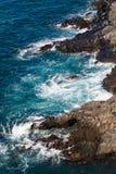 Όμορφη άποψη σχετικά με το μπλε ωκεάνιο νερό και τη δύσκολη γραμμή ακτών στοκ εικόνες