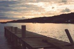 Όμορφη άποψη σχετικά με το τοπίο θάλασσας με το ηλιοβασίλεμα Στοκ Φωτογραφίες
