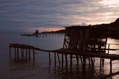 Όμορφη άποψη σχετικά με το τοπίο θάλασσας με το ηλιοβασίλεμα στοκ εικόνα