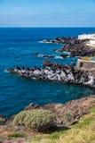 Όμορφη άποψη σχετικά με το ωκεάνιες νερό και την πόλη στοκ φωτογραφίες με δικαίωμα ελεύθερης χρήσης