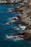 Όμορφη άποψη σχετικά με το ωκεάνιο νερό και τη μαύρη άμμο λάβας στοκ φωτογραφία με δικαίωμα ελεύθερης χρήσης