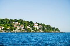 Όμορφη άποψη της ακτής από το γιοτ Ταξίδι, ιστιοπλοϊκό, Στοκ φωτογραφίες με δικαίωμα ελεύθερης χρήσης
