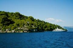 Όμορφη άποψη της ακτής από το γιοτ Ταξίδι, ιστιοπλοϊκό, Στοκ Εικόνες