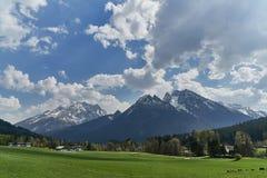 Όμορφη άποψη της ειδυλλιακής χώρας των θαυμάτων στις Άλπεις μια κρύα ηλιόλουστη ημέρα με το μπλε ουρανό και τα σύννεφα, Nationalp στοκ φωτογραφίες