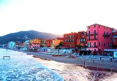 Όμορφη άποψη της θάλασσας και της πόλης Alassio με τα ζωηρόχρωμα κτήρια, Λιγυρία, Ιταλία Στοκ εικόνες με δικαίωμα ελεύθερης χρήσης