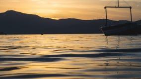 Όμορφη άποψη της θάλασσας στο χρυσό ηλιοβασίλεμα της δυτικής Ελλάδας στοκ εικόνες με δικαίωμα ελεύθερης χρήσης