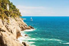 Όμορφη άποψη της θάλασσας και των απότομων βράχων Στοκ φωτογραφίες με δικαίωμα ελεύθερης χρήσης