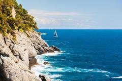 Όμορφη άποψη της θάλασσας και των απότομων βράχων Στοκ φωτογραφία με δικαίωμα ελεύθερης χρήσης