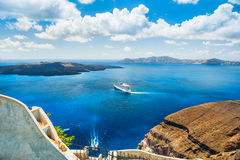 Όμορφη άποψη της θάλασσας και των νησιών santorini νησιών λόφων της Ελλάδας κτηρίων Στοκ Φωτογραφίες