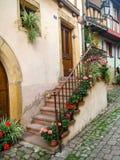 Όμορφη άποψη της ιστορικής πλατείας της πόλης Eguisheim, ένας δημοφιλής τόπος προορισμού τουριστών κατά μήκος της διάσημης διαδρο στοκ εικόνες