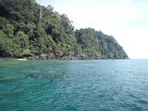 Όμορφη άποψη της μπλε θάλασσας και του βουνού στοκ εικόνα με δικαίωμα ελεύθερης χρήσης