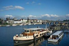 Όμορφη άποψη της πόλης με τις βάρκες στο νερό και τη εικονική παράσταση πόλης στο υπόβαθρο Στοκ Εικόνες