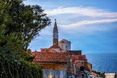 Όμορφη άποψη της πόλης Piran, Σλοβενία μια ηλιόλουστη ημέρα με το όμορφο σύννεφο στον ουρανό στοκ εικόνες