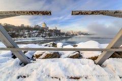 Όμορφη άποψη της πόλης στην ανατολή του στις αρχές ομιχλώδους ηλιόλουστου πρωινού ΙΙ Στοκ φωτογραφία με δικαίωμα ελεύθερης χρήσης