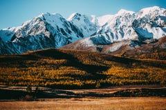 Όμορφη άποψη της σειράς βουνών με τις χιονοσκεπείς αιχμές στοκ φωτογραφία με δικαίωμα ελεύθερης χρήσης
