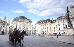 Όμορφη άποψη της horse-drawn μεταφοράς στη downtowan Βιέννη, Αυστρία Στοκ Εικόνα