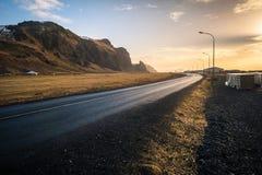Όμορφη άποψη, τοπίο βουνών και δρόμος σε Vik, Ισλανδία, dur Στοκ φωτογραφία με δικαίωμα ελεύθερης χρήσης