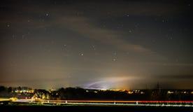 Όμορφη άποψη τοπίων της πόλης με τον ομιχλώδεις ουρανό, τα αστέρια και την κυκλοφορία τη νύχτα στοκ φωτογραφίες με δικαίωμα ελεύθερης χρήσης