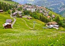 Όμορφη άποψη τοπίων του γοητευτικού ορεινού χωριού της Murren με την κοιλάδα Lauterbrunnen και τις ελβετικές Άλπεις στο υπόβαθρο, Στοκ Φωτογραφία