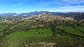 Όμορφη άποψη τοπίων του πράσινων τομέα και των βουνών απόθεμα βίντεο