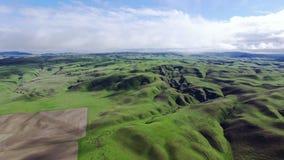 Όμορφη άποψη τοπίων των πράσινων λόφων και των λιβαδιών απόθεμα βίντεο