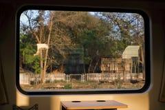 Όμορφη άποψη τοπίων φύσης από το παράθυρο του τραίνου Εκλεκτική εστίαση και ρηχό βάθος του τομέα στοκ φωτογραφία
