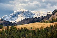 Όμορφη άποψη του αλπικού βουνού Βόρεια της Ιταλίας, τοπίο Στοκ Φωτογραφίες