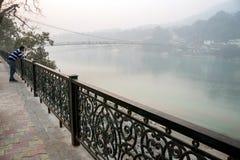 Όμορφη άποψη του αναχώματος ποταμών Ganga σε Rishikesh Ο ινδικός τουρίστας απολαμβάνει τα όμορφα τοπία του ποταμού του Γάγκη Rish στοκ φωτογραφία με δικαίωμα ελεύθερης χρήσης