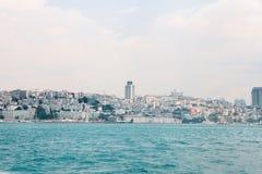 Όμορφη άποψη του ευρωπαϊκού μέρους της Ιστανμπούλ ενάντια στο όμορφους μπλε Bosphorus και τον ουρανό Η σύγχρονη Ιστανμπούλ στοκ φωτογραφία