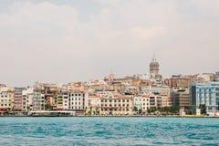 Όμορφη άποψη του ευρωπαϊκού μέρους της Ιστανμπούλ ενάντια στο όμορφους μπλε Bosphorus και τον ουρανό Η σύγχρονη Ιστανμπούλ στοκ φωτογραφία με δικαίωμα ελεύθερης χρήσης